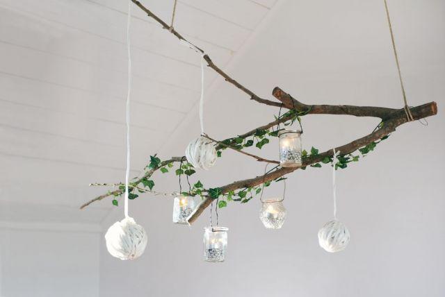 Deko Ast Zum Aufhängen dekorieren mit weihnachtskugeln