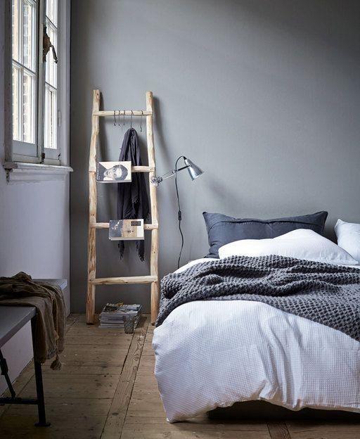 Eine Kleine Holzleiter Entpuppt Sich Im Schlafzimmer Zum Echten Multitasker  Für Kleider, Bücher, Lampe Und Kleinen Krimskrams Zu Aufhängen.