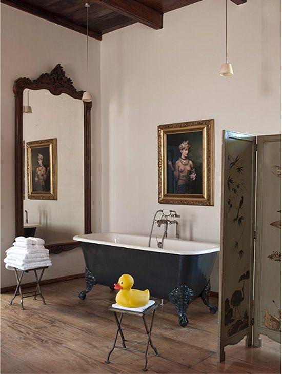 Äusserst Royal Präsentiert Sich Dieses Mondäne Bad Mit Freistehender  Badewanne Und Paravent In Einem Spanischen Palazzo.