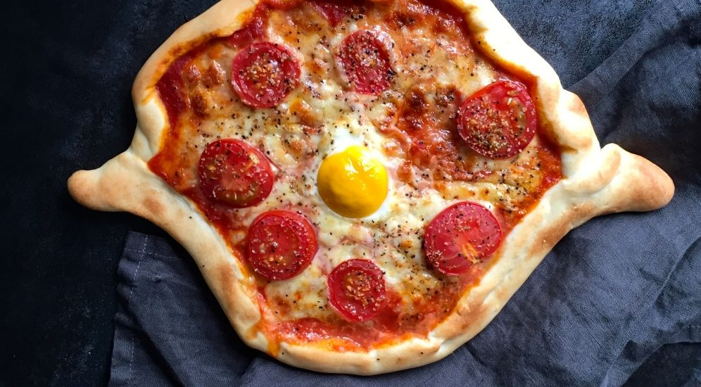 tomaten pizza mit ei stilpalast. Black Bedroom Furniture Sets. Home Design Ideas