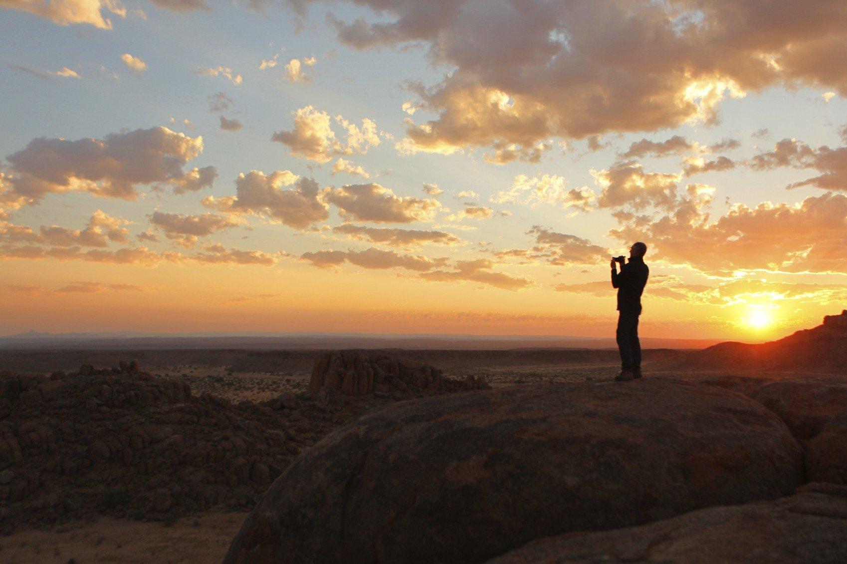 iStock_000060104052_Medium Sunset in der Nähe Fish River Canyon Felsen.jpg