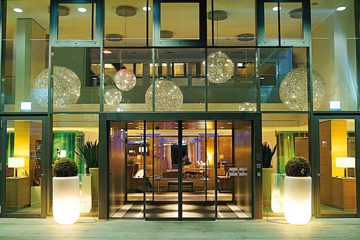 h-hotels_eingang-hplus-hotel-zuerich_Original (kommerz. Nutzung) _893384.jpg