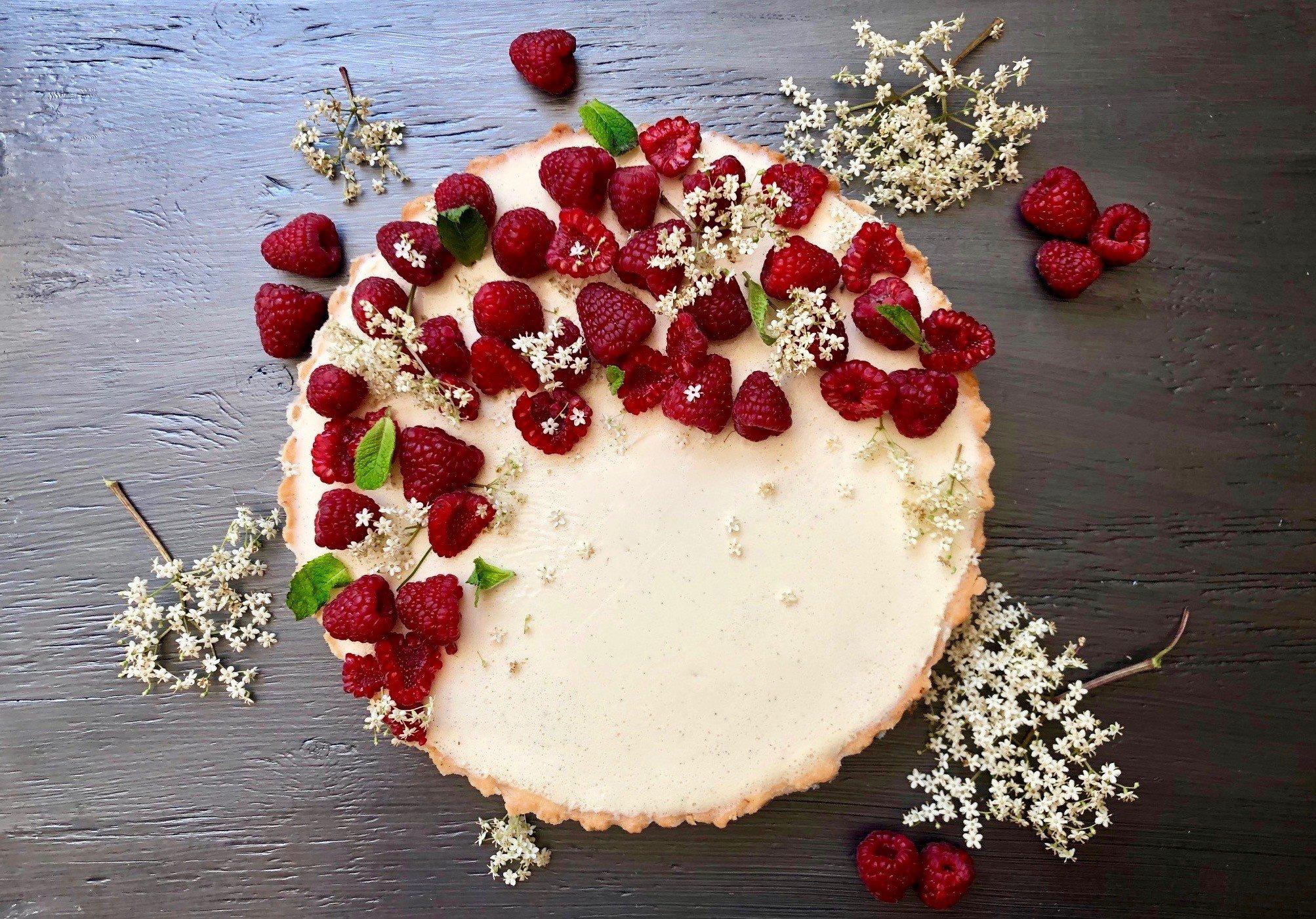 weltbester Kuchen mit Panna Cotta und Himbeeren.jpg