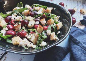Köstlicher Sommersalat mit Kirschen und Croutôns