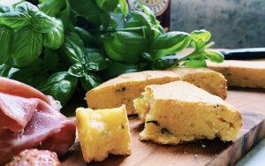 Italienischer Brot-Schmaus mit Käse und Kräutern